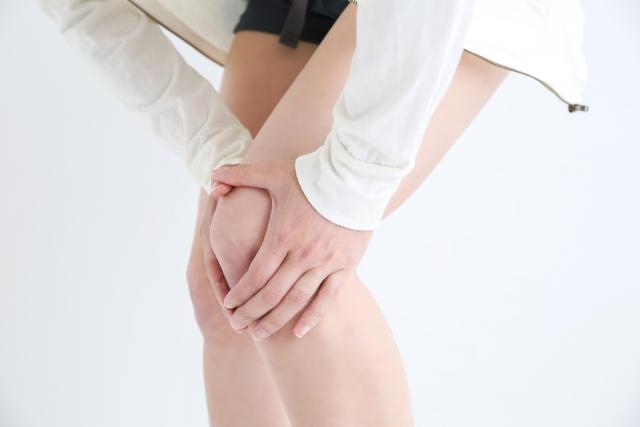 スポーツ障害の症状に悩む女性