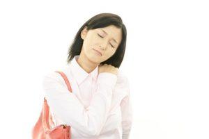 肩や腕の痛みが気になる女性