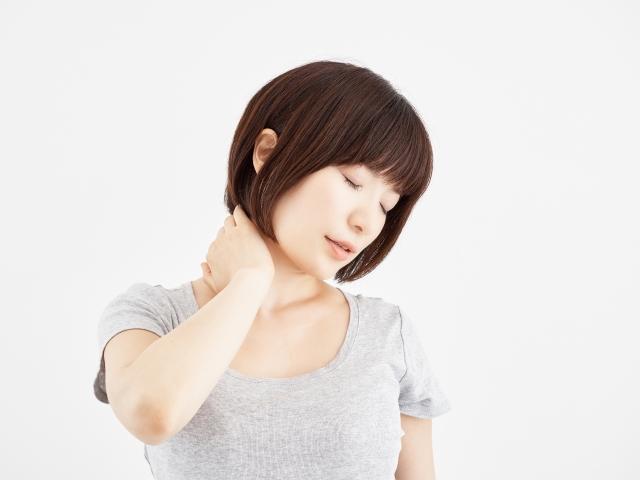首コリの症状に悩む女性